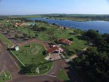 Vista aérea del parque ecológico en la ciudad de Sertaozinho, Sao Paulo, el Brasil imágenes de archivo libres de regalías