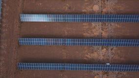 Vista aérea del parque del panel solar Los paneles solares en el desierto, entre las montañas Altai, Kosh-Agach Cerca de la front almacen de metraje de vídeo
