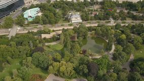 Vista AÉREA del parque verde con la charca en el centro de la ciudad de Viena, Austria almacen de metraje de vídeo