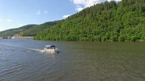 Vista aérea del paseo del barco de motor en el lago almacen de metraje de vídeo