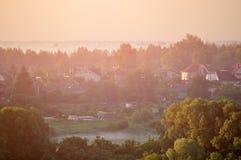 Vista aérea del pequeño campo en la costa del río en el bosque Imagenes de archivo
