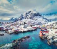 Vista aérea del pequeño pueblo en la montaña en invierno fotos de archivo libres de regalías
