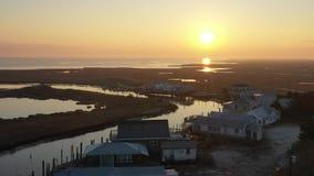 Vista aérea del pequeño pueblo pesquero en la costa de New Jersey almacen de metraje de vídeo