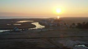 Vista aérea del pequeño pueblo pesquero en la costa de New Jersey almacen de video