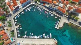 Vista aérea del pequeño puerto almacen de metraje de vídeo