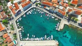 Vista aérea del pequeño puerto almacen de video