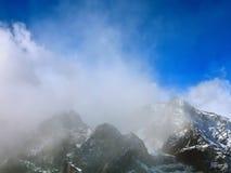 Vista aérea del pico de montaña de la nieve Imagenes de archivo