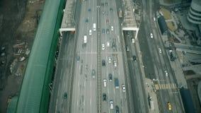 Vista aérea del principio de un atasco de tráfico por carretera de la ciudad en un distrito financiero metrajes