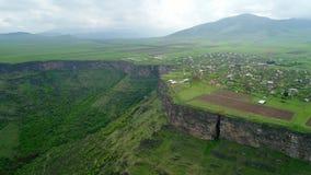 Vista aérea del pueblo armenio alpino almacen de video