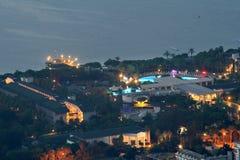 Vista aérea del pueblo Camyuva Kemer, Turquía, noche del centro turístico fotografía de archivo libre de regalías
