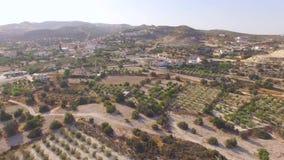 Vista aérea del pueblo cerca de las montañas almacen de video