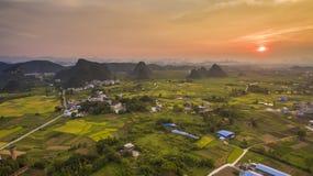 Vista aérea del pueblo con el sol poniente en Guangxi Foto de archivo