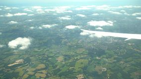 Vista aérea del pueblo de Bosque verde, visión desde el asiento de ventana en un aeroplano almacen de video