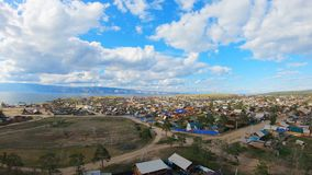 Vista aérea del pueblo de Khuzhir, isla de Olkhon, el lago Baikal almacen de metraje de vídeo