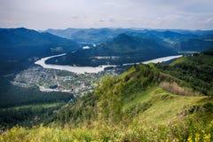 Vista aérea del pueblo en las montañas de Altai Fotografía de archivo libre de regalías