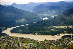 Vista aérea del pueblo en las montañas de Altai Fotos de archivo libres de regalías