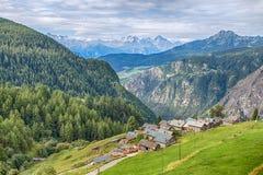 Vista aérea del pueblo pintoresco de la gamuza, en el ` Aosta de Val D, Italia Su particularidad es que los coches no están permi fotos de archivo libres de regalías