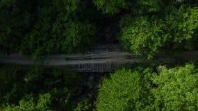 Vista aérea del puente abandonado viejo en un bosque verde denso fotografía de archivo libre de regalías