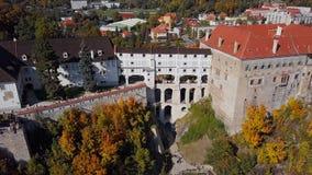 Vista aérea del puente del castillo de Cesky Krumlov almacen de metraje de vídeo