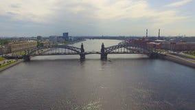 Vista aérea del puente de Bolsheokhtinsky a través de Neva River, St Petersburg, Rusia metrajes