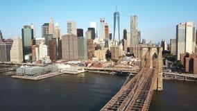 Vista aérea del puente de Brooklyn a Manhattan en Nueva York, América a través del East River en día soleado metrajes