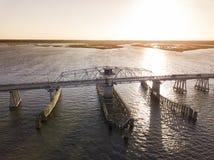 Vista aérea del puente de drenaje del oscilación sobre el agua Imagenes de archivo
