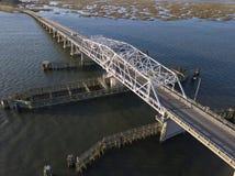 Vista aérea del puente de drenaje del oscilación sobre el agua Fotografía de archivo libre de regalías