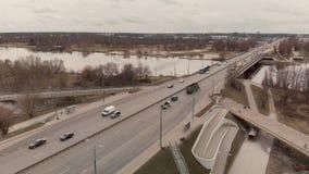 Vista aérea del puente de la isla en Riga - la construcción está en curso almacen de video