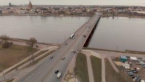 Vista aérea del puente de la isla en Riga - tiempo melancólico - vuelo sobre Daugava del río con las nubes que reflejan en el agu metrajes