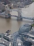 Vista aérea del puente de la torre y Lord Mayor y el x27; oficina de s tomada del casco en el puente de Londres imagenes de archivo