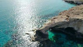 Vista aérea del puente de los amantes en la orilla rocosa de mediterráneo, Chipre almacen de metraje de vídeo