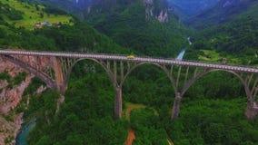Vista aérea del puente en el barranco del río de Tara en Montenegro almacen de metraje de vídeo