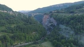 Vista aérea del puente en las montañas, uno del arco de Durdevica Tara de los puentes más altos del automóvil de Europa almacen de metraje de vídeo
