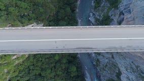 Vista aérea del puente en las montañas, uno del arco de Durdevica Tara de los puentes más altos del automóvil de Europa metrajes