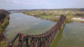 Vista aérea del puente del ferrocarril sobre el río Ohio en Pennsylvania occidental metrajes