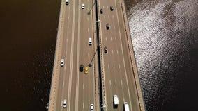 Vista aérea del puente grande del automóvil, en la cual mucha impulsión de los coches almacen de video