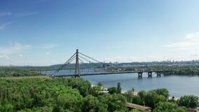 Vista aérea del puente del norte en Kiev Ucrania en el día de verano soleado almacen de video
