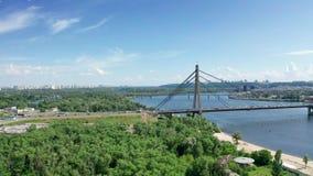 Vista aérea del puente del norte en Kiev Ucrania en el día de verano soleado metrajes