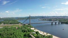 Vista aérea del puente del norte en Kiev Ucrania en el día de verano soleado almacen de metraje de vídeo