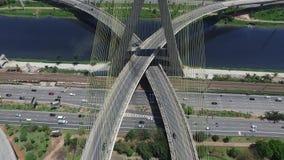Vista aérea del puente o del Ponte Estaiada de Octavio Frias de Oliveira en la ciudad de Sao Paulo, el Brasil almacen de metraje de vídeo