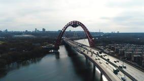 Vista aérea del puente pintoresco sobre el Moscú-río y el tráfico por carretera, el prospecto del mariscal Zhukov con la mudanza almacen de metraje de vídeo