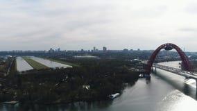 Vista aérea del puente pintoresco sobre el Moscú-río y el tráfico por carretera, el prospecto del mariscal Zhukov con la mudanza almacen de video