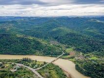 Vista aérea del puente que cruza el río marrón en la costa salvaje del ` s de Suráfrica Imagen de archivo libre de regalías