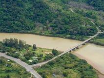 Vista aérea del puente que cruza el río marrón en la costa salvaje del ` s de Suráfrica imagenes de archivo