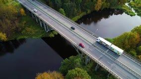 Vista aérea del puente sobre el río almacen de metraje de vídeo