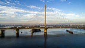 Vista aérea del puente del sur Vista aérea del puente de cable del sur del subterráneo Kiev, Ucrania foto de archivo