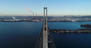 Vista aérea del puente del sur Vista aérea del puente de cable del sur del subterráneo Kiev, Ucrania almacen de video
