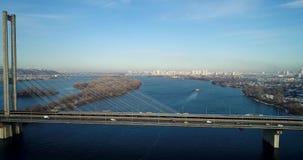 Vista aérea del puente del sur Vista aérea del puente de cable del sur del subterráneo Kiev, Ucrania metrajes
