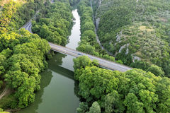 Vista aérea del puente y del camino sobre el río Pinios Foto de archivo libre de regalías