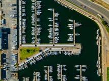 Vista aérea del puerto deportivo con los yates en Valencia al oeste del puerto comercial imágenes de archivo libres de regalías
